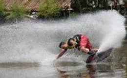 Ngoạn mục cùng lướt ván trên sông