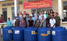 Tặng bồn chứa nước  cho  công đoàn viên có hoàn cảnh  khó khăn huyện Gò Công  Tây