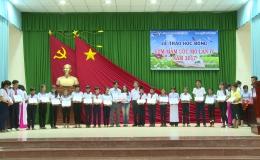 Công ty  TNHH Dụ Đức tặng học bổng cho  học sinh