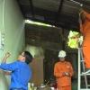 Điện lực Tiền Giang thay đèn và sửa chữa điện cho hộ nghèo