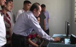 Công ty Lương thực Tiền Giang tặng máy vi tính cho HTX nông nghiệp Mỹ Thành Bắc