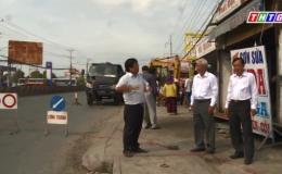Giải tỏa lấn chiếm lề đường khu công nghiệp Tân Hương.