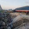 Tàu hoả đâm xe chở đá 2 người tử vong, 8 người bị thương