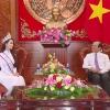 Hoa hậu Phan Thị Mơ chào lãnh đạo tỉnh Tiền Giang