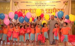 Thăm và tặng quà trẻ em nhân dịp Tết Trung thu