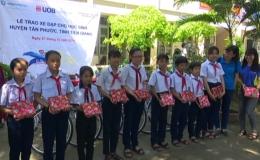 Ngân hàng UOB trao tặng xe đạp cho học sinh nghèo Tân Phước