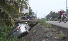 Xe hơi 4 chỗ rơi xuống mương nước
