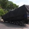 Rơ-moóc mang container bị tuột mối nối chắn ngang đường
