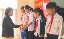 Nguyên Phó Chủ tịch nước Trương Mỹ Hoa tặng quà Tết cho người dân huyện Gò Công Đông