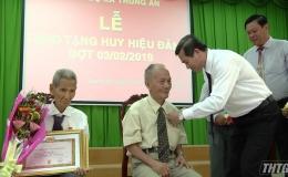 Ông Lê Văn Hưởng trao Huy hiệu Đảng cho đảng viên