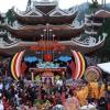 Dòng người đổ về khai hội chùa Hương