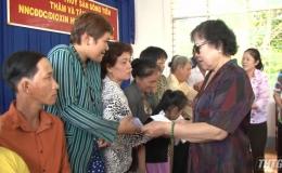 Hội Nạn nhân da cam tặng quà cho các gia đình
