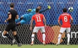 Sanchez lập siêu phẩm đưa Chile vào tứ kết Copa America