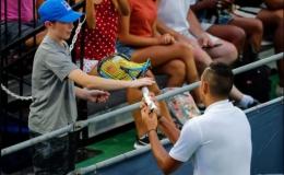 Nick Kyrgios đập gãy vợt, tranh cãi và từ chối bắt tay trọng tài