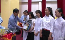 Quỹ MOM – Hội Liên hiệp Phụ nữ Tiền Giang phối hợp trao 500 suất học bổng cho học sinh nghèo
