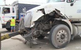 Xe container tông vỡ nát cabin trạm thu phí TP HCM – Trung Lương