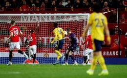 VAR giải cứu Arsenal, Man United đánh rơi chiến thắng ở Old Trafford
