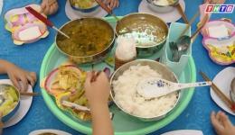 Chăm chút bữa ăn cho trẻ tại trường mầm non