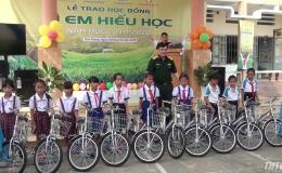 Viettel Tiền Giang tặng xe đạp cho học sinh các xã vùng bãi ngang, ven biển
