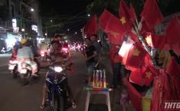 Người hâm mộ Tp. Mỹ Tho ăn mừng chiến thắng của đội tuyển Việt Nam trước Indonesia