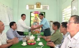 Trưởng ban Tổ chức Tỉnh ủy thăm và tặng quà tết tại Thị xã Gò Công