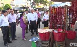 Chủ tịch UBND Thị xã Cai Lậy kiểm tra thị trường Tết