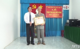 Bí thư Tỉnh ủy Tiền Giang trao Huy hiệu Đảng cho đảng viên Phường 4, Tp. Mỹ Tho
