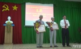 Chủ tịch UBND tỉnh Tiền Giang trao tặng huy hiệu Đảng cho đảng viên Phường 9, Tp. Mỹ Tho