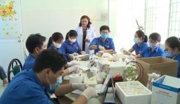 Bệnh viện Phụ sản Tiền Giang làm khẩu trang phòng chống dịch Covid-19