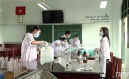 Trường THPT Nguyễn Đình Chiểu điều chế dung dịch rửa tay khô phòng ngừa dịch Covid-19