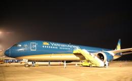 Cận cảnh chuyến bay đầu tiên từ Mỹ hạ cánh xuống Vân Đồn đưa 343 người Việt về nước
