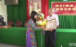 Trưởng Ban Tuyên giáo Tỉnh ủy trao Huy hiệu Đảng tại huyện Chợ Gạo