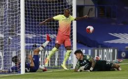 """Thảm bại trước Chelsea, Man City """"dâng"""" ngôi vô địch cho Liverpool"""