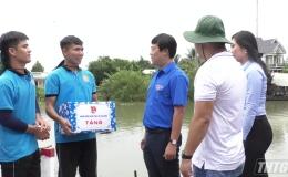 Bí thư Trung ương Đoàn thăm, tặng quà sinh viên tình nguyện tại huyện Cai Lậy