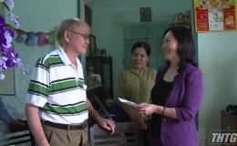 Bà Nguyễn Thị Sáng thăm và tặng quà gia đình chính sách