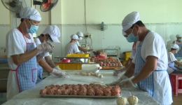 Ổn định thu nhập từ nghề làm bánh Trung thu