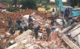 Bộ đội bắt đầu đào bới tìm kiếm 22 người bị vùi lấp ở Quảng Trị