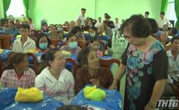 Hội Bảo trợ bệnh nhân nghèo và Hội Nạn nhân chất độc da cam Tiền Giang tặng quà