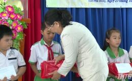 Hội Bảo trợ bệnh nhân nghèo trao học bổng cho học sinh có hoàn cảnh khó khăn