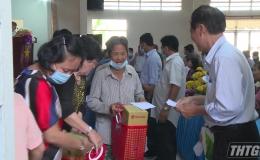Hội Bảo trợ bệnh nhân nghèo Tiền Giang tặng quà