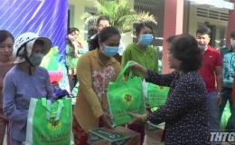 Bà Trương Mỹ Hoa vận động tặng quà Tết cho hộ nghèo huyện Tân Phú Đông