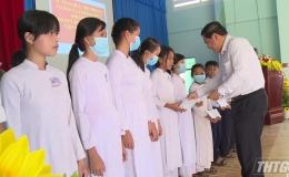 Quỹ Bảo trợ Trẻ em Tiền Giang tặng quà cho học sinh huyện Gò Công Tây