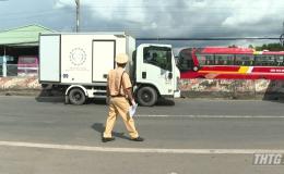 Chốt kiểm dịch Tân Hương phát hiện ôtô tải chở người sai quy định