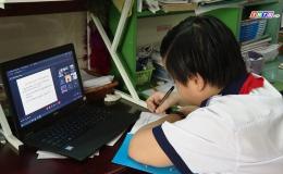 Học sinh lớp 1 bỡ ngỡ với buổi học online đầu tiên