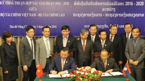 Đồng chí Đinh Tiến Dũng (bên trái ảnh) và đồng chí Liên Thi-kẹo ký kết Thoả thuận.