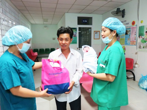 9. Dai dien Benh vien phu san Tien Giang tang qua cho em be sinh dau tien tai benh vien trong nam 2017