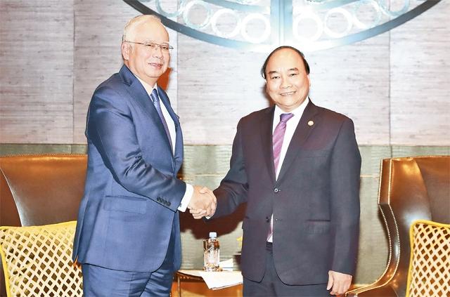 Thủ tướng Nguyễn Xuân Phúc và Thủ tướng Ma-lai-xi-a N. Ra-dắc tại cuộc gặp song phương. Ảnh: THỐNG NHẤT (TTXVN)
