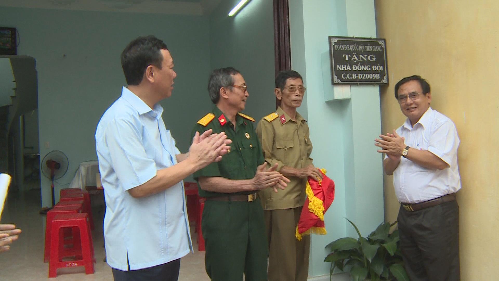 Đoàn ĐBQH tỉnh Tiền Giang bàn giao nhà đồng đội