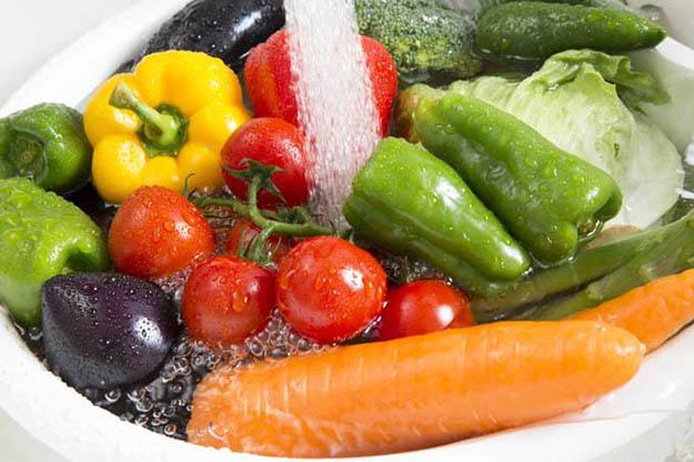 Ngâm rau quả vào nước muối không loại được dư lượng thuốc