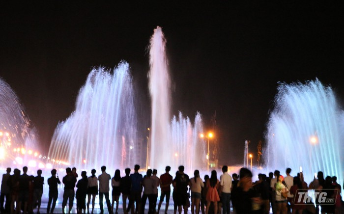 Biểu diễn nhạc nước ở Quảng trường Trung tâm tỉnh Tiền Giang